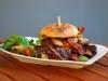 Der Tribbble B: Unser Spezial-Burger mit Bison-Fleisch in BBQ-Sauce glasiert und knusprigen Baconstripes!